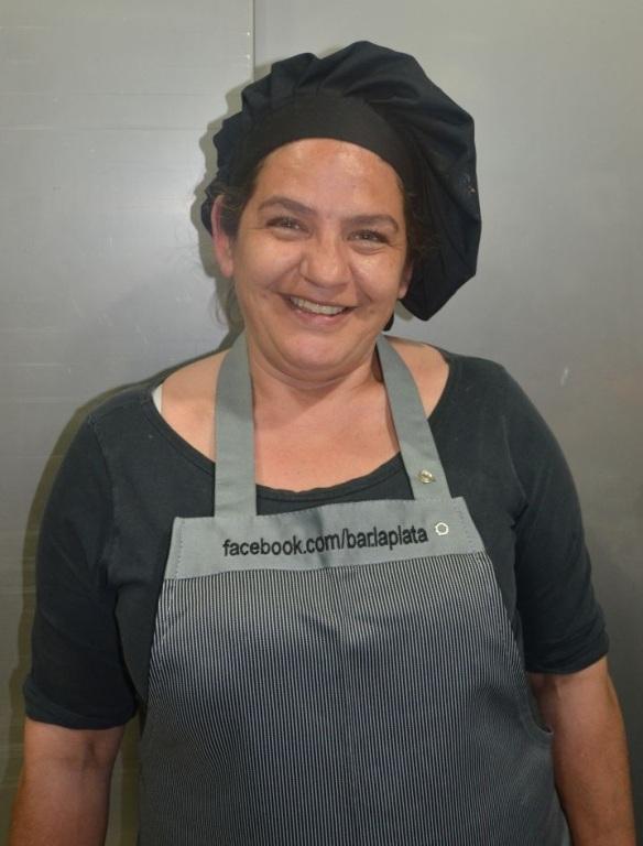 María José, cocinera del bar La Plata, institución del tapeo del barrio gótico de Barcelona.