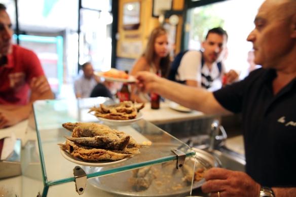 Las sardinas, tapas y ambiente del bar La plata, en la calle Mercè 28 de Barcelona, vistas a través de la mirada del fotógrafo Ricard Cugat.
