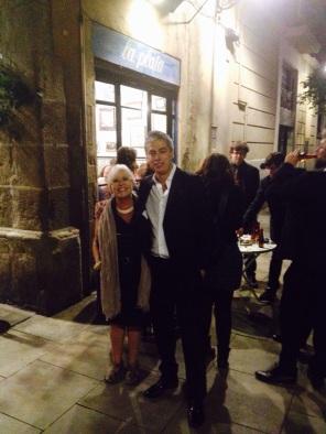 Albert Om i l'equip d'El Convidat celebra al Bar La Plata un merescudíssim Premi Nacional de Comunicació.