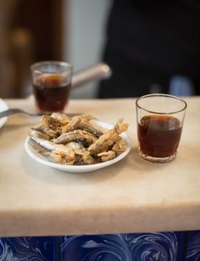 Anne's Kitchen, programa de la televisión RTL de Luxemburgo, visita el bar La Plata, institución del tapeo en Barcelona.