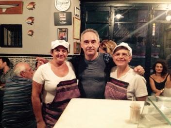 Ferran Adrià, mejor chef del mundo del 2006 al 2009, el pasado sábado junto a las cocineras del Bar La Plata.