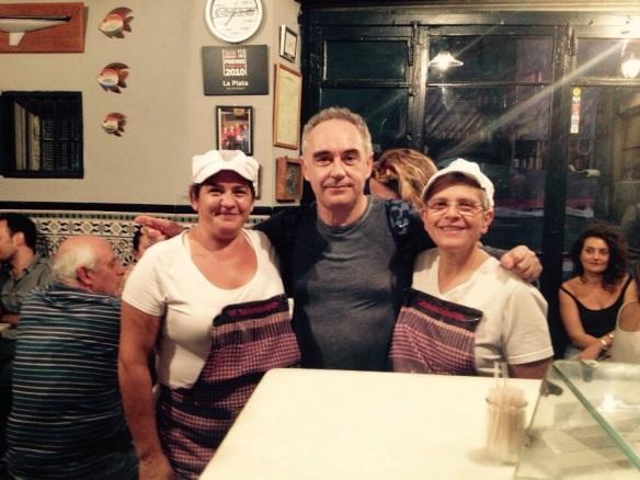 Ferran Adrià con las cocineras del Bar La Plata