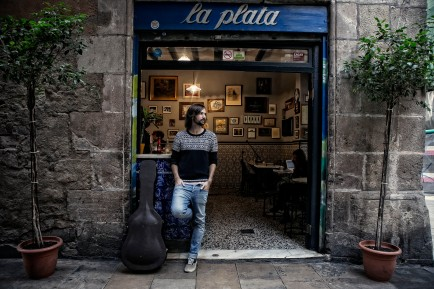 El Pescao, cantante y exmiembro de El Canto del Loco, tras ofrecer un acústico para EL Periódico en el Bar La Plata (foto de Joan Cortadellas).