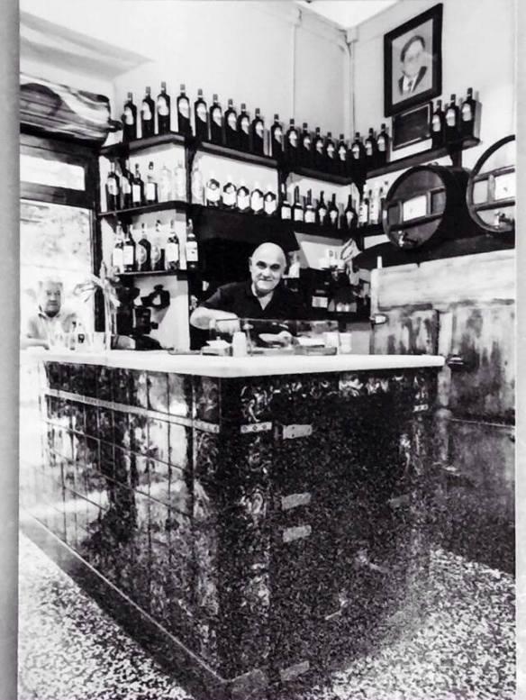El bar La Plata en blanco y negro