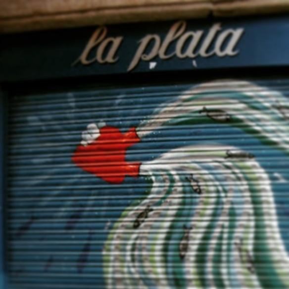 El corazón del bar La Plata os desea feliz San Valentín. Amor y tapas desde el barrio Gótico de Barcelona