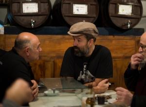 Pau Donés, cantante de Jarabe de Palo, charlando con Pepe, camarero de La Plata en la barra del bar. Foto de Jordi Cotrina