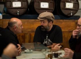 Pau Donés, cantante de Jarabe de Palo y cliente de toda la vida, charla con nuestro camarero Pepe.