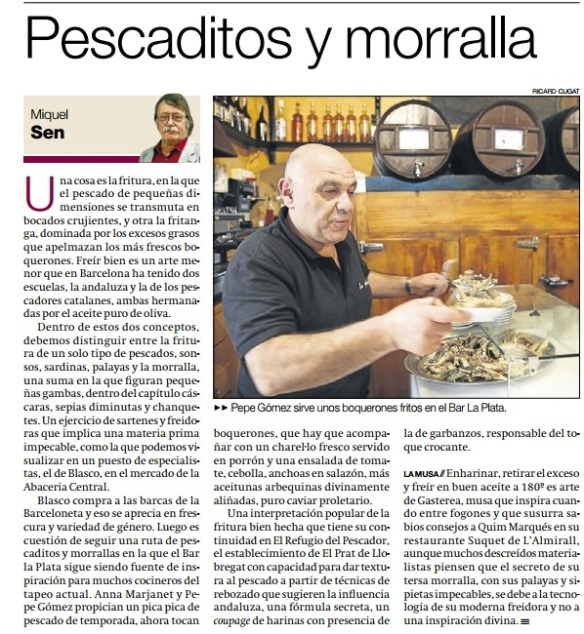 Pepe Gómez sirviendo el pescadito frito del alma del bar La Plata.