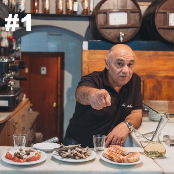 Pepe, con las tapas del bar La Plata.
