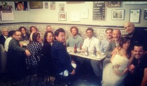 Sonia y Jordi, celebrando su boda con sus amigos y familia en el bar La Plata
