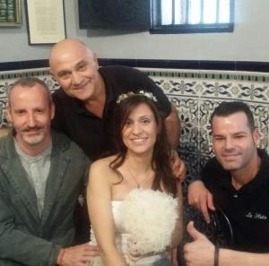 Sonia y Jordi, celebrando su boda en el bar La Plata.