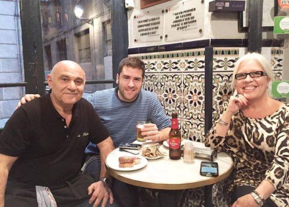 Víctor Fernández Clares, del programa Espècies protegides de la SER, junto a Pepe y Anna, camarero y propietaria del bar La Plata.