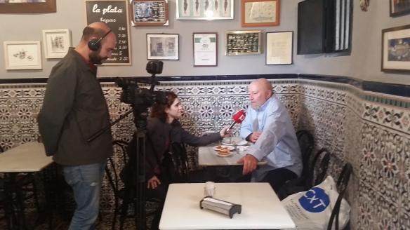 Joan, cliente de toda la vida de La Plata, entrevistado por Silvia Gutiérrez y Marc Bermejo, de BTV.