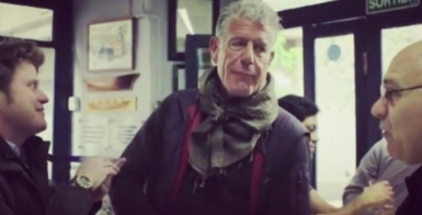 Anthony Bourdain, en el bar La Plata.